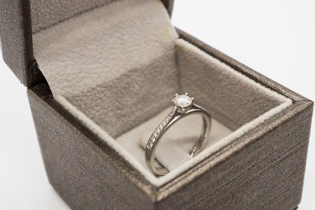 Bouchent la bague de mariage de luxe en diamant dans une boîte-cadeau de bijoux