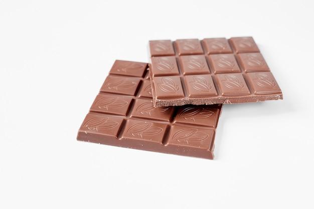 Bouchent une barre de chocolat isolé sur fond blanc