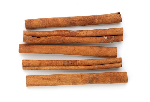 Bouchent les bâtons de cannelle isolés sur une surface blanche