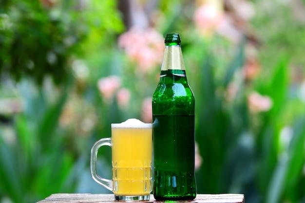 Bouchent la bière avec des bulles dans le verre