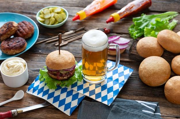 Bouchent la bière et les hamburgers oktoberfest sur table en bois