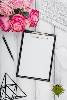 Bouchent le bloc-notes vue de dessus avec un bouquet de fleurs