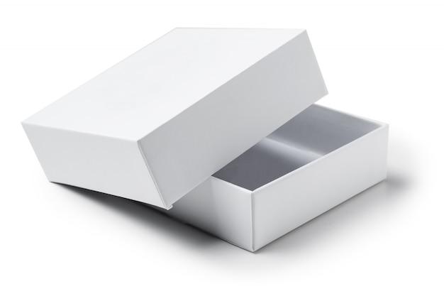 Bouchent la boîte de cadeau en carton ouvert blanc sur blanc isolé