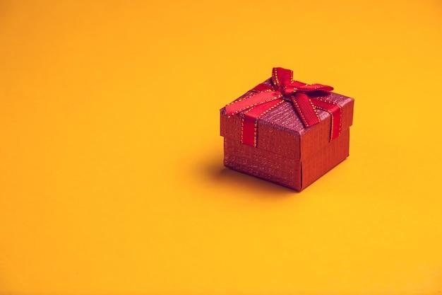 Bouchent la boîte-cadeau sur la table