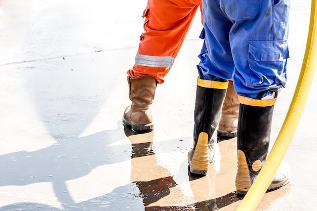 Bouchent les boos de sécurité. botte d'utilisation de travail pour le nettoyage de sécurité par l'eau