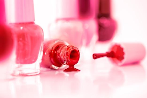 Bouchent les bouteilles de vernis à la mode de couleur vive