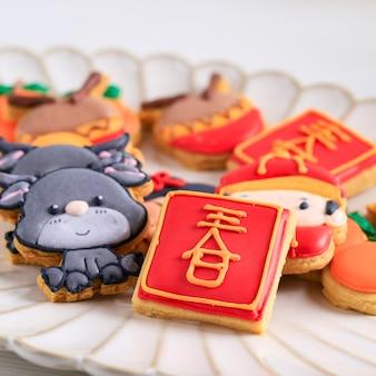 Bouchent le caractère de biscuits au sucre glace imlek du nouvel an chinois. le caractère chinois est