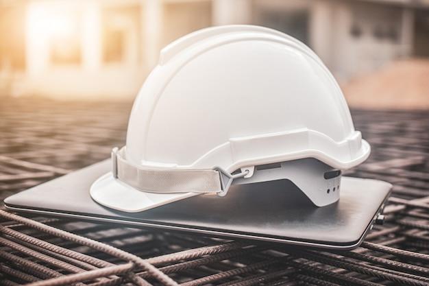 Bouchent un casque sur un ordinateur portable sur un site de construction immobilière