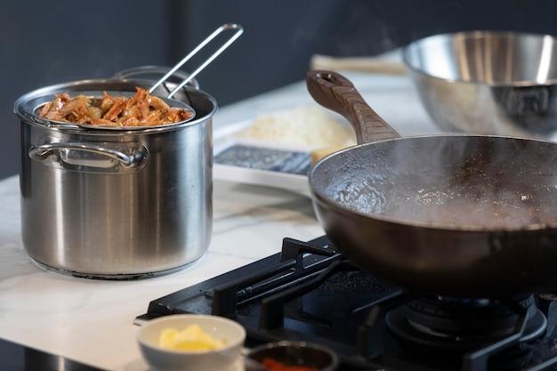 Bouchent les casseroles avec de la nourriture