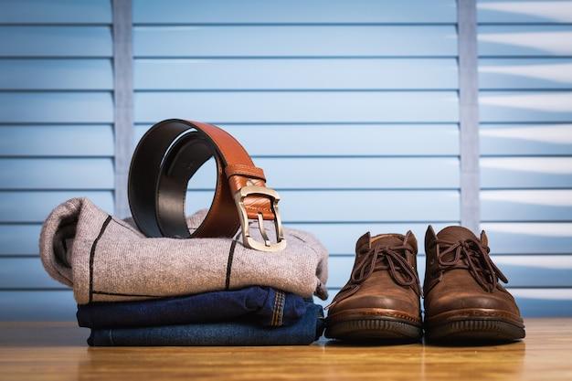 Bouchent les chaussures en cuir hommes avec des vêtements