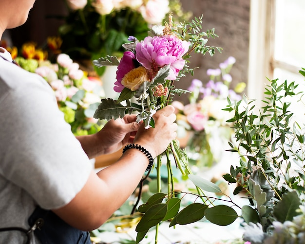 Bouchent les compétences d'arrangement de fleuriste
