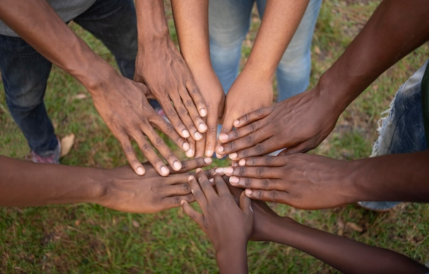 Bouchent le concept de communauté avec les mains