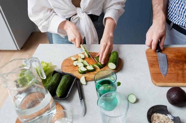 Bouchent le concombre de coupe de main
