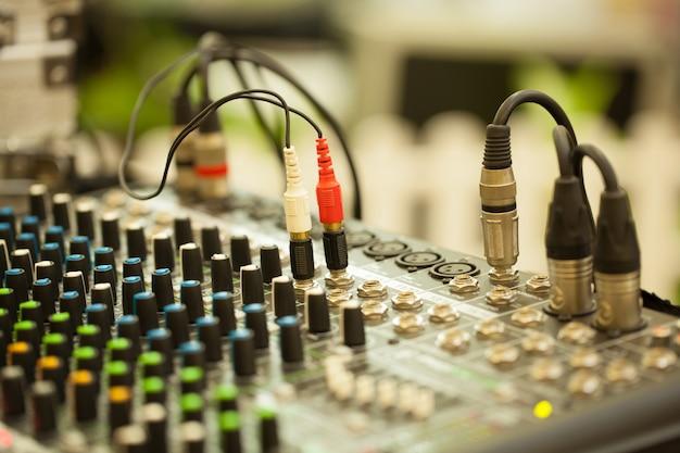 Bouchent la console de mixage