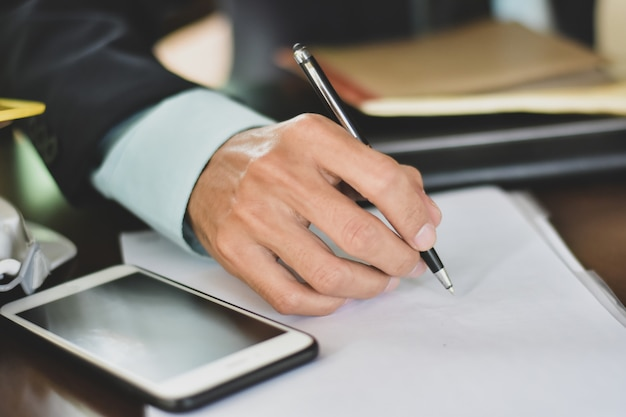 Bouchent contrat de signature de main sur le concept de réussite de l'accord commercial de document