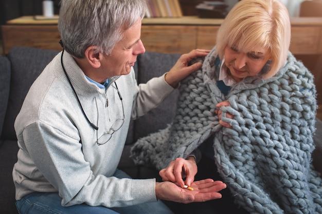 Bouchent et coupe la vue du couple de personnes âgées assis ensemble.