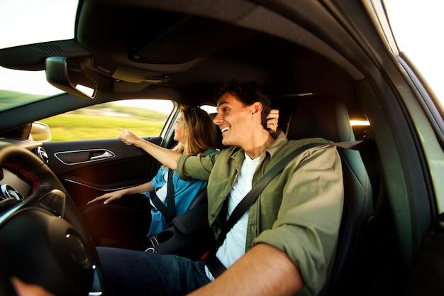 Bouchent couple heureux, visites touristiques sur le voyage sur la route ensemble
