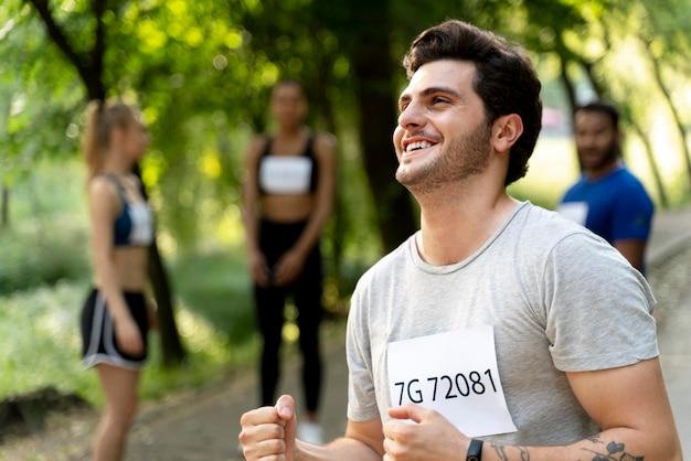 Bouchent les coureurs souriants à l'extérieur