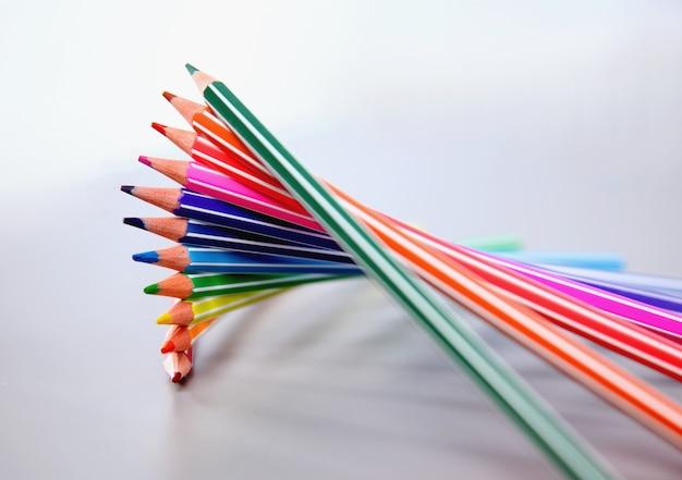 Bouchent les crayons de couleur sur fond blanc