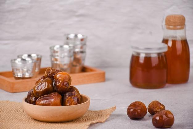 Bouchent les dates de sukkari ou kurma sukari pour le jour de la fête ied mubarak et hajj