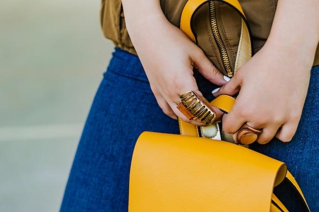 Bouchent les détails de la mode, sac de tenue de femme jeune entreprise.
