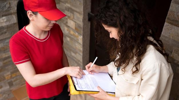 Bouchent le document de signature de femme