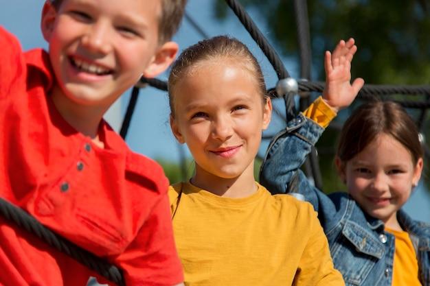 Bouchent les enfants heureux à l'extérieur