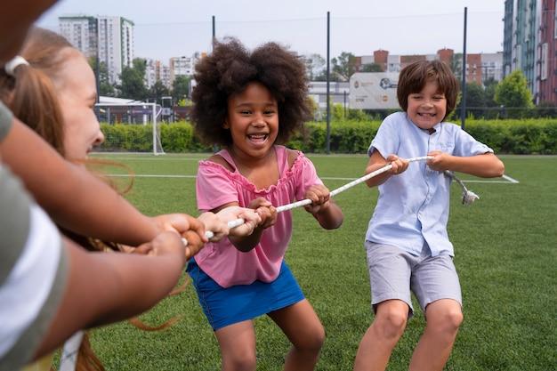 Bouchent les enfants qui jouent ensemble