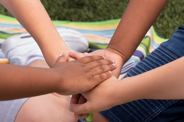 Bouchent les enfants se tenant la main