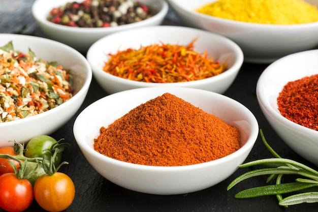 Bouchent les épices en poudre sur la table