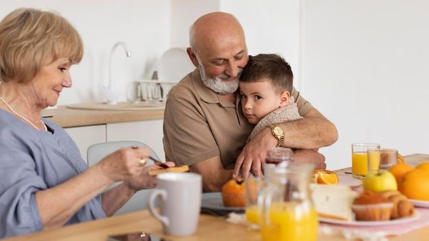 Bouchent famille heureuse à table