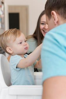 Bouchent la famille smiley avec enfant en bas âge