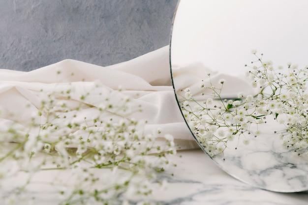 Bouchent les fleurs dans le miroir