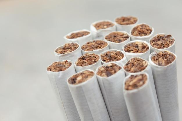Bouchent fond de cigarettes sur blanc