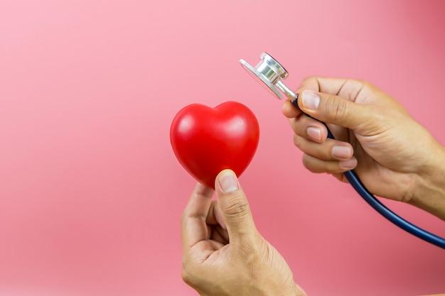 Bouchent une forme de coeur rouge et un stéthoscope médical.