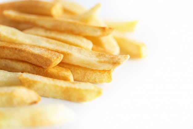 Bouchent les frites sur blanc