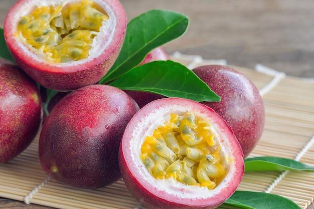 Bouchent les fruits de la passion frais sur la table en bois en vue de côté. le fruit de la passion est tropical