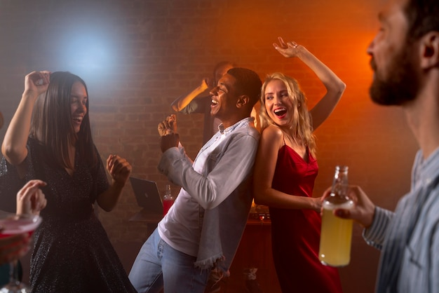 Bouchent les gens heureux avec des boissons au bar