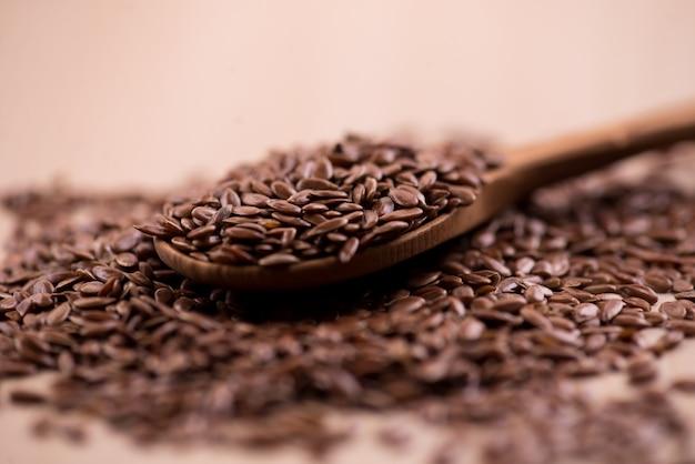 Bouchent les graines de lin dans une cuillère en bois.
