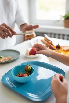 Bouchent les grands-parents et les enfants avec de la nourriture