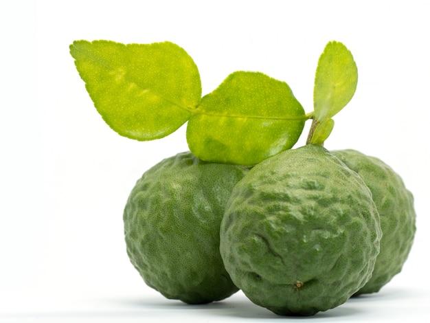 Bouchent groupe de bergamote fraîche avec des feuilles vertes isolé sur fond blanc.