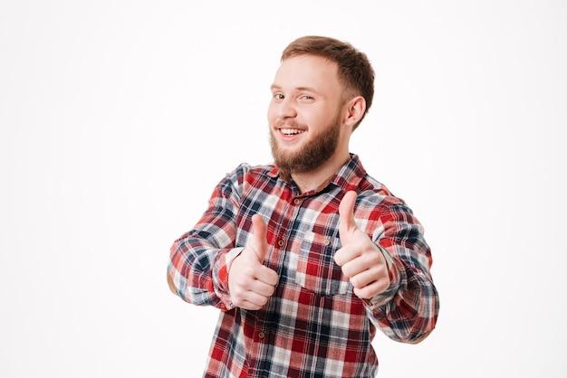 Bouchent l'homme barbu en chemise montrant thums up