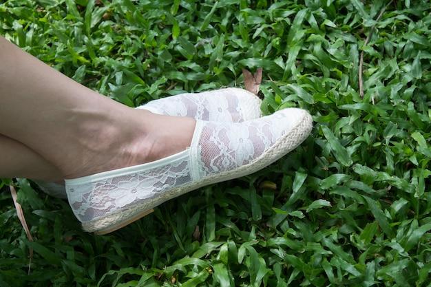 Bouchent les jambes de la femme - chaussures blanches