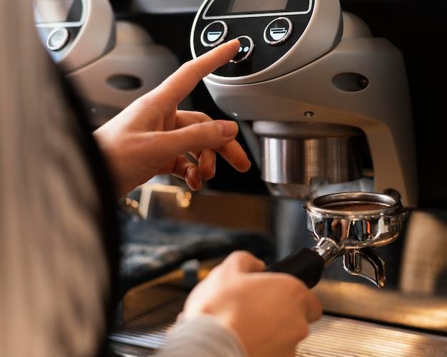 Bouchent la main en appuyant sur le bouton