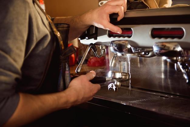 Bouchent la main barista faisant une tasse de café