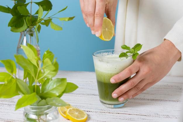 Bouchent la main en pressant le citron