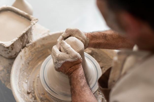 Bouchent les mains créant un pot