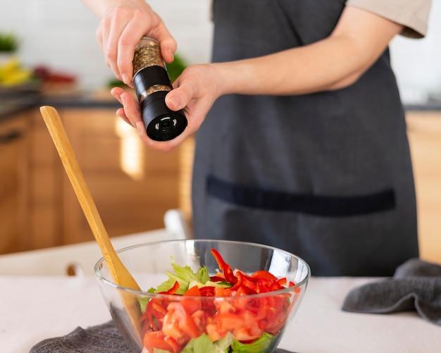 Bouchent les mains épicer la nourriture