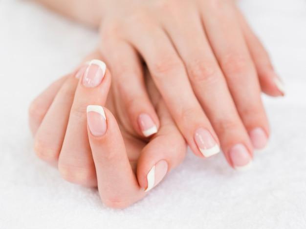 Bouchent les mains de femme manucurée