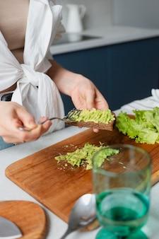 Bouchent les mains préparant la nourriture